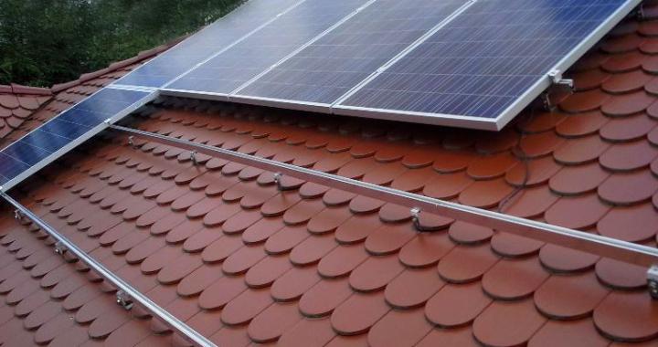 montaz instalacji fotowoltaicznej na dachu budynku