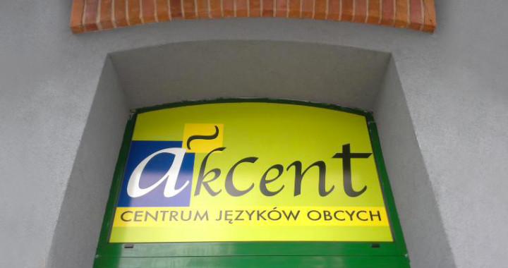 montaz reklam naklejanie reklam lodz akcent - szkola jezykow obcych